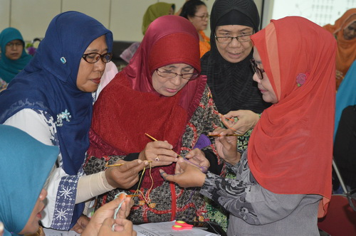 Anggota SBW Belajar Sepatu Rajut